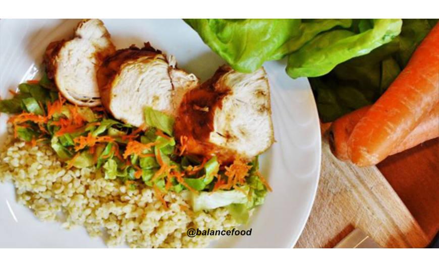 Sült csirkemell bulgurral és friss salátával